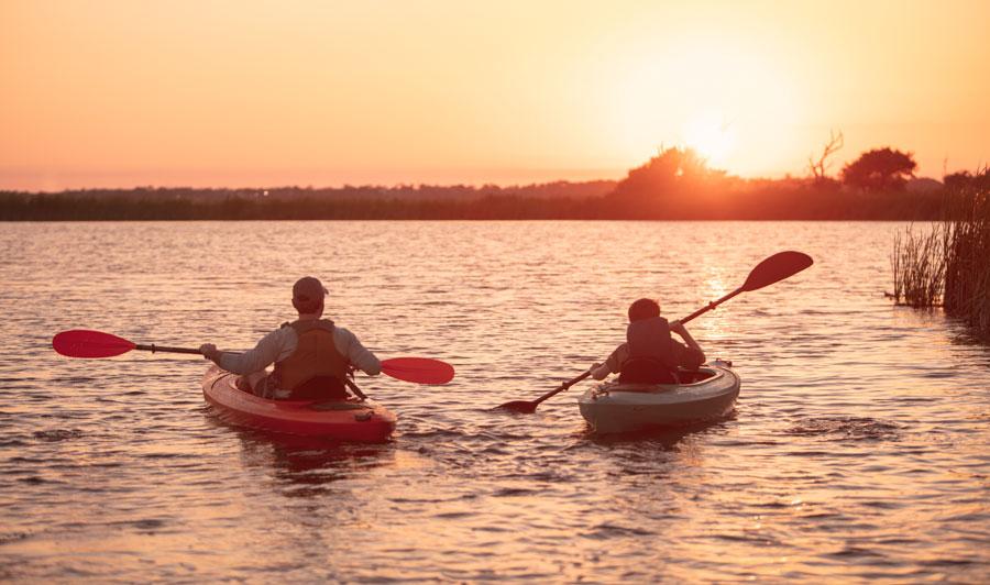 Paddeln in den Sonnenuntergang bei Gulf Shores