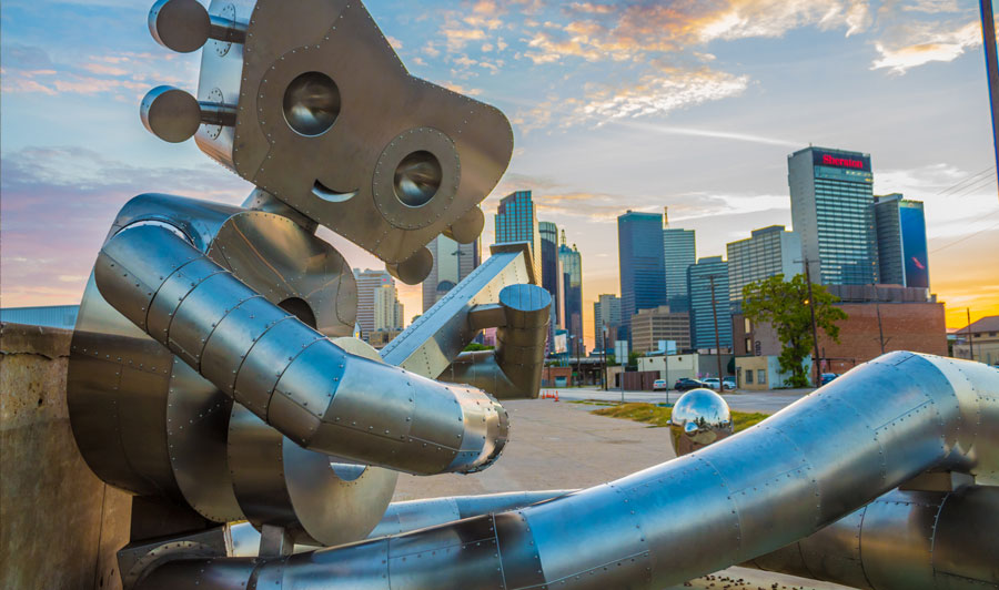 Traveling-Man-Statue, hier: im Stadtteil Deep Ellum