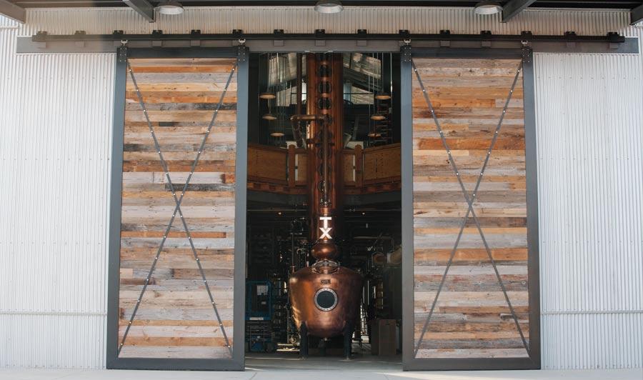 Scheunentor zum Still House der Whiskey Ranch von Firestone & Robertson - die größte Destille westlich des Mississippi