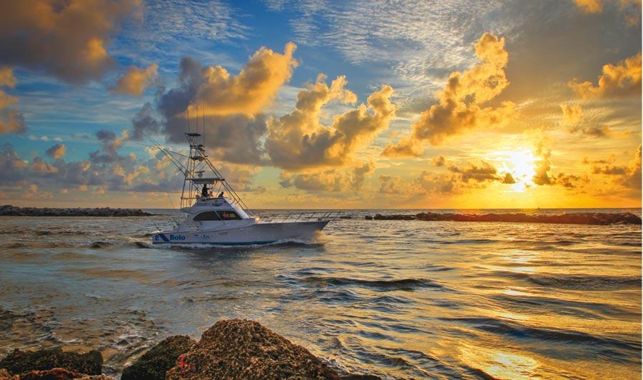Boot vor Pompano Beach im Sonnenuntergang