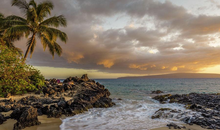 Strand von Maui bei Sonnenuntergang