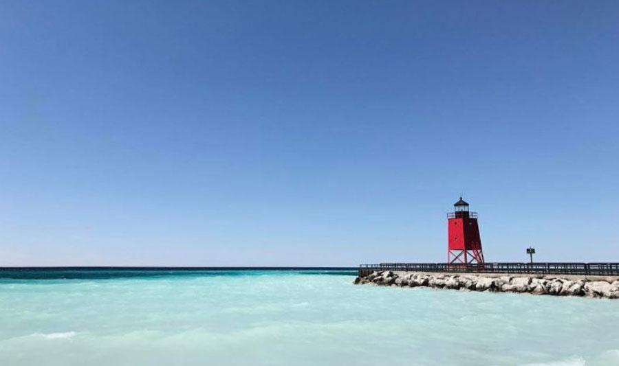 Roter Leuchtturm vor karibikblauem Lake Michigan: Charlevoix