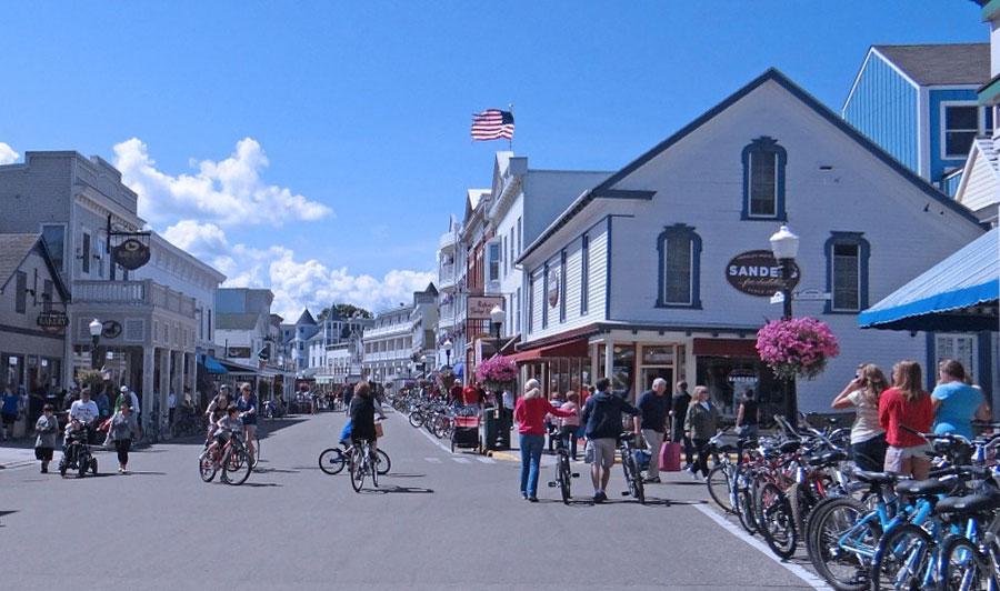 Über Küstestraßen und Alleen zur Mackinac Island | Mackinac Island, Michigan