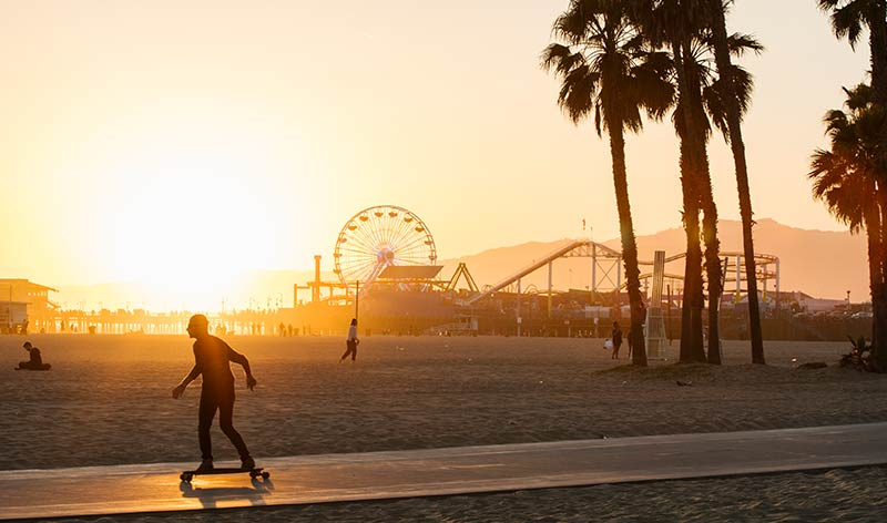 Santa Monicas berühmter Pier mit dem Vergnügungspark Pacific Park