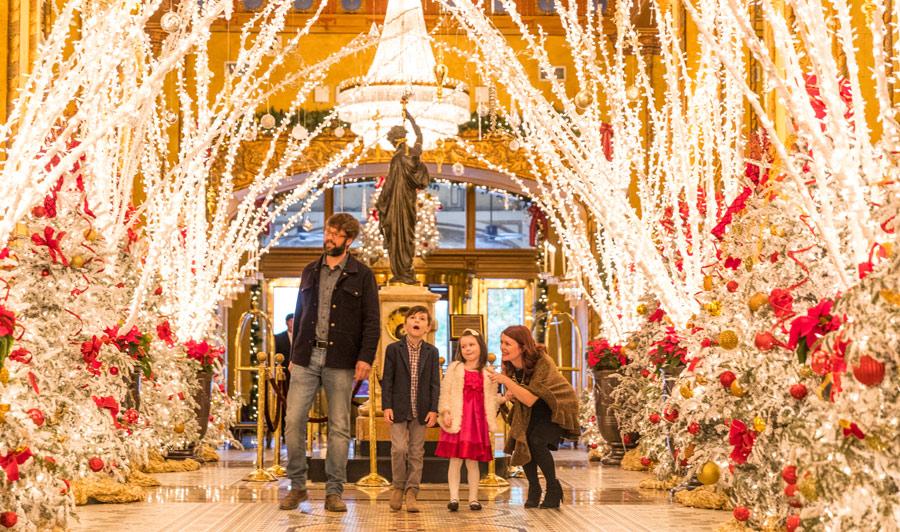 weihnachtlich geschmückte Hotel-Lobby in New Orleans