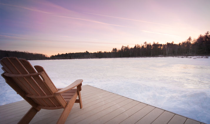 Blick auf den gefrorenen See in der Lodge at Woodloch