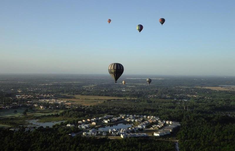 Heißluftballonflug zum Sonnenaufgang