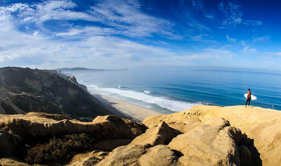 Surfer an der Steilküste bei San Diego