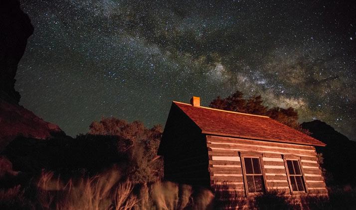Capitol Reef Nationalpark | Capitol Reef Nationalpark: Schwarzer Nachthimmel über dem alten Schulhaus