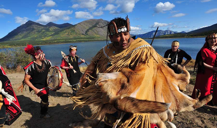 Mehr erfahren über die First Nations: Dakka' Kwa'an Tänzer bei Carcross