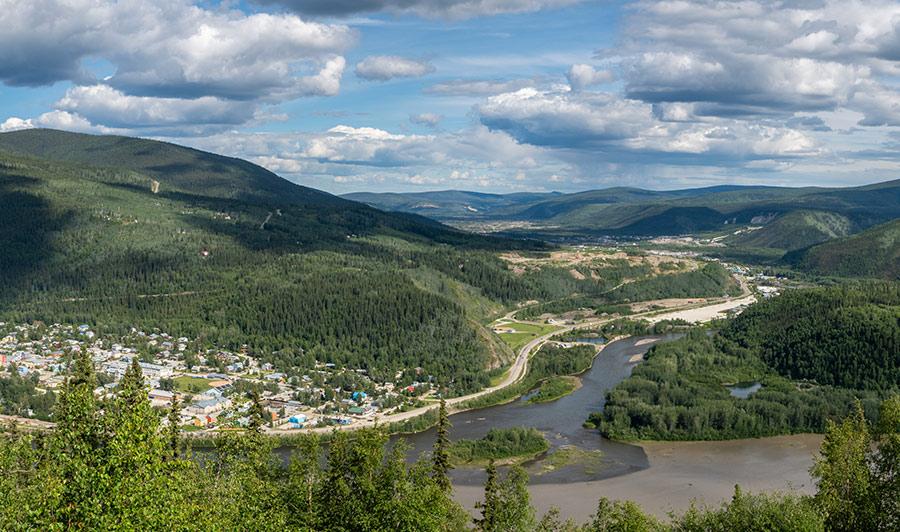 Auf dem Top of the World Highway nach Dawson | Malerisch gelegen: die ehemalige Goldgräberstadt Dawson City