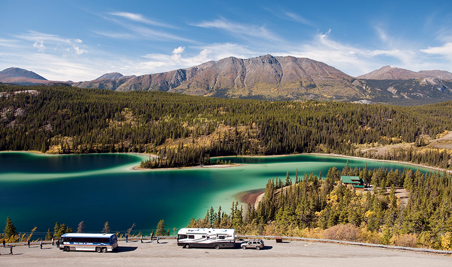 Druch das Land der Seen nach Tagish | Bezaubernd schön - der Emerald Lake, südlich von Whitehorse